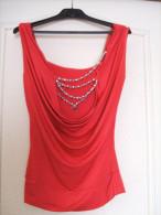 T-SHIRT rouge avec COLLIER de PERLES � facettes - Tee-shirt Top
