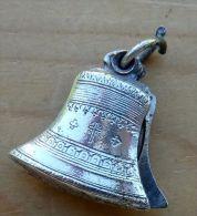 Mada-073 Médaille Ancienne Forme Cloche En L'état - Godsdienst & Esoterisme