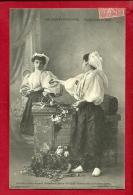 XBM-02 Sables D'Olonne Supplication Et Mépris, Jeune Femmes En Costume, Collection Lucien Amiaud. Cachet 1906 - Sables D'Olonne