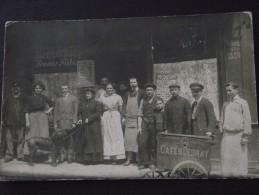 CAFE - RESTAURANT - Le Patron Et Clients Devant La Vitrine - Animée - Carte-photo à Situer - Vers 1910 - Cliché TOP ! - Restaurants