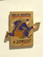 Pin´s NICE MATIN A DOMICILE - FACTEUR QUI COURT - Medien