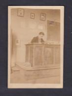 Petite Photo Ancienne - Georges Striker Instituteur Ecole Bureau Estrade Tableau Noir Craies Dombasle Sur Meurthe - Identified Persons