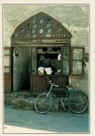 UZBEKISTAN: NEGOZIO DI CAPPELLI A BUHARA         (NUOVA CON DESCRIZIONE DEL SITO SUL RETRO) - Uzbekistan