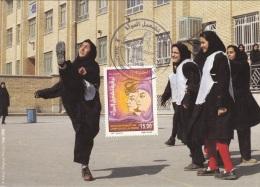 Algérie No 1461 Carte Maximum 8 Mars Journée Mondiale De La Femme - Soeur Musulmane Jouant Au Football Cour école - Algérie (1962-...)