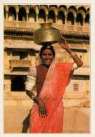 INDIA  JAISALMER:  PORTATRICE  D'ACQUA      (NUOVA CON DESCRIZIONE DEL SITO SUL RETRO) - India