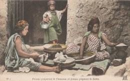 ALGERIE  -  Femme Préparant Le Couscous Et Femme Peignant La Laine - Donne
