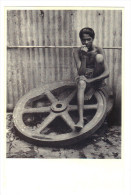 Inde: Bombay, Dans Un Atelier De Mecanique, Jeune Homme Assis Sur Une Roue - Photo: Denis Brihat  (15-2045) - India