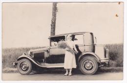 """Carte Photo - Citroën AC4 1930 - Malle Accessoire """"Coquille"""" - Jeune Femme Avec Gerbe De Fleurs Des Champs - Pas Circulé - Turismo"""