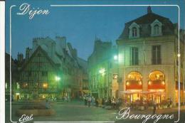 Dijon  21    La Place François Rude De Nuit  Animée Et Fontaine Du Bareuzai - Dijon