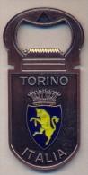 """MAGNETI, CALAMITA APRI BOTTIGLIE CON SCRITTA """"TORINO-ITALIA"""" PIU´ STEMMA DEL TORO  - NUOVO - LEGGI - Turismo"""