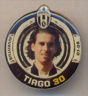 PIN´S FOOTBALL JUVENTUS - GIOCATORE (MENDES TIAGO - N° 30) STAGIONE 2007/08 - LEGGI - Pin's (Badges)