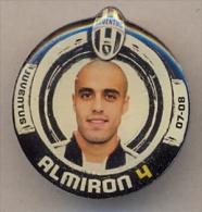 PIN´S FOOTBALL JUVENTUS - GIOCATORE (SERGIO BERNARDO ALMIRON - N° 4) STAGIONE 2007/08 - LEGGI - Pin's (Badges)