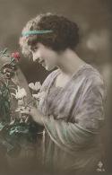 FEMMES - FRAU - LADY -  Jolie Carte Fantaisie Portrait Jeune Femme Et Fleurs - Femmes
