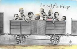 Un Bel Arrivage - Bébés Dans Le Wagon De Chemin De Fer - Carte P.F. N°268 - Bébés