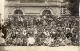 CPA 1433 - MILITARIA - Carte Photo Militaire  -  Blessés - Hopital - Photo RICHIER à  OUISTREHAM  RIVA - BELLA - Personnages