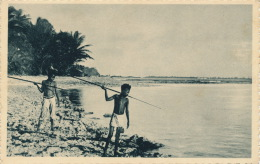 OCEANIE - MICRONESIE - CAROLINES - Petits Canaques Guettant Le Poisson - Micronésie