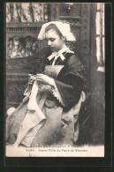 CPA Fille Aus Vannes En Costume Typique Beim Stricken - Cartes Postales
