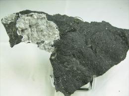 PHILLIPSITE SUR BASALTE  10, X 6, CM LE PUY EN VELAY - Minerals