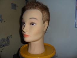 Tete De Mannequin En Plastique Mou Ideal Pour Presente Casque; Casquette, Coiffe,chapeau  Tres Bon  Etat - Casques & Coiffures