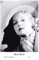 BETTE DAVIS - Film Star Pin Up - Publisher Swiftsure Postcards 2000 - Postcards