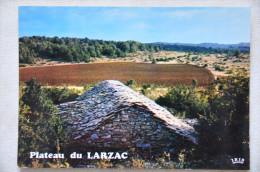 CP LE LARZAC (12. Aveyron) - Paysage Des Causses, Une Bergerie Sur Le Plateau Du Larzac - France