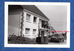 Photo Ancienne - Maison Nouvellement Construite Avec Belle Automobile Citroen AMI 6 - Lotissement Urbanisme - Automobile