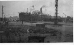 PHOTO  ANCIENNE  - PORT De DUNKERQUE  -  CARGO  LIEUTENANT SAINT LOUBERT BIE - MESSAGERIES MARITIMES - Sortie JUIL 1947 - Boats