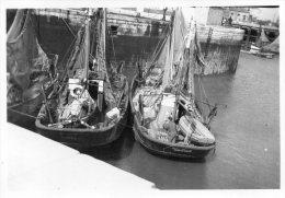 PETITE  PHOTO  ANCIENNE  - PORT De DUNKERQUE  -  BATEAUX De PECHE  -  27 Aout 1946 - Boats