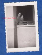 Photo Ancienne - CALUIRE - Homme à La Pipe Au Balcon D'une Fenêtre - 1941 - Ombre Artistique Man Boy Art Window - Photographs