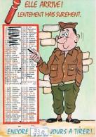 ELLE ARRIVE ! LENTEMENT MAIS SUREMENT. Enore... Jours à Tirer - La Quille - Militaire Devant Calendrier - 1977 - Humour