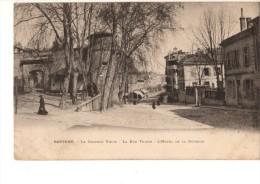 C P A ----64---BAYONNE---le Château Vieux- La Rue Thiers- L'hôtel De La Division ---voir 2 Scans - Bayonne