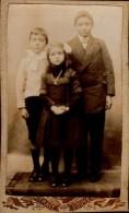 PHOTO EPAISSE 10,5/6,5 CM PRISE PAR PHOT.COLUMEAU A MONTVILLIERS AVEC 3 ENFANTS - Anonyme Personen