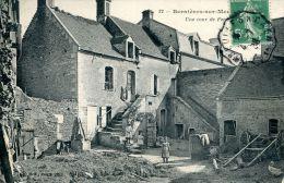 N°42847 -cpa Bernières Sur Mer -une Cour De Ferme- - Fermes