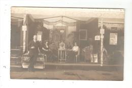 Carte Photo  - Magasin De Tissus ( Ameublement ) Homme Debout + Femmes Assises - Affiches - Lieu à Déterminer - Magasins