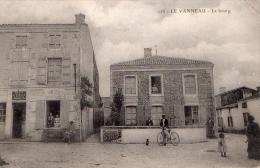 Cpa Le Vanneau - Le  Bourg  (tres Belle Carte  Animee ) - Autres Communes
