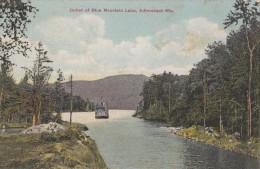 POSTCARD OUTLET OF BLUE MOUNTAIN LAKE ADIRONDACK MOUNTAINS 156713 FERRY BOAT ON RIVER COLOUR CARD US USA NY - Adirondack