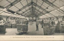 CPA - N° 1- La Fabrication Du Tissu - Le Triage De La Laine - Métiers