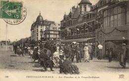 14 Trouville Sur Mer. Les Planches Et Le Trouville Palace - Trouville