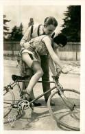 Nu - Serie De 5 Cartes Photos - Femme En Dessous Legers & Homme - Leçon De Vélo - Nue Nude érotisme érotique Seins Nus - Desnudos Adultos (< 1960)