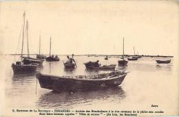 Cpa ESNANDES 17 Arrivée Des Boucholeurs à La Rive Revenant De Pêche Aux Moules Dans Leurs Bateaux Yoles Et Accons - France