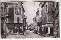 77 COULOMMIERS - Rue De La Pêcherie - Jolie CPSM PF ( Commerces Tabac Chemiserie Pub Pingouin Camion Patisfrance ) Seine - Coulommiers