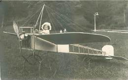 AVIAITION AVIAON CARTE PHOTO D UNE FILLETTE SUR UN AVION URIAGE - ....-1914: Voorlopers