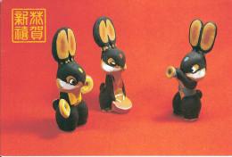 ENTIER POSTAL STATIONERY GANZSACHE GS CHINE CHINA POUPEE JOUET POP HEADSTOCK MUÑECA MUSIQUE ORANGE TAMBOUR TROMMEL DRUM - Puppen