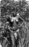 ¤¤  -   1447    -  AFRIQUE  NOIRE   -   Jeune Fille Aux Seins Nus Dans La Forêt   -   ¤¤ - Postcards