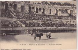 CPA 30 NIMES COURSES DE TAUREAUX PASSE DE MANTEAU - Nîmes