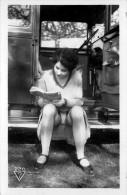 Nu - Serie De 4 Cartes Photos - Femme En Dessous Legers & Automobile Citroen - Nue Nude érotisme érotique Seins Nus - Desnudos Adultos (< 1960)