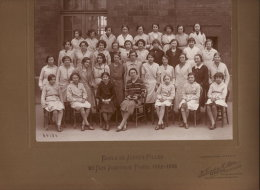 PHOTO DE CLASSE COLLEE SUR CARTON D'ORIGINE ECOLE DE JEUNES FILLES 20 RUE JOUFFROY PARIS 1932-1933 FORMAT PHOTO 16.2 X22 - Altri