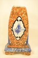Ancien Vase En Céramique à Identifier Décor Bateau Bleu Style Delft, Tons Orange Et Bleu. Signé Signature Illisible - Delft (NLD)
