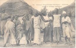 AFRIQUE OCCIDENTAL SENEGAL DAKAR DANS LA VILLAGE INDIGENE FORTIER NR. 10 CIRCULEE TIMBRE ARRACHE - Senegal