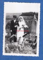 Photo Ancienne - NOLAY ( Cote D'Or ) - Couple De Jeunes Mariés Dans Un Cimetiére - Bizarre Curiosité Mariage Mort - Non Classificati